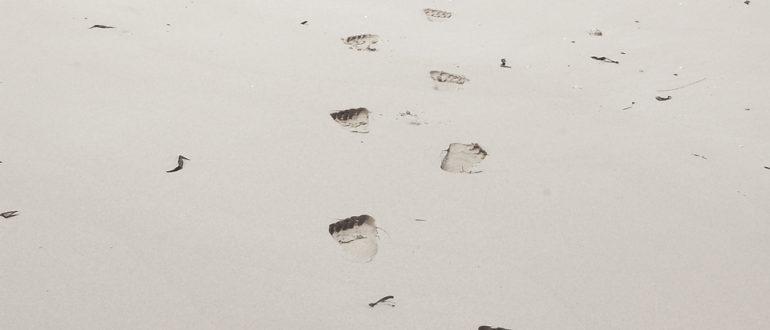 Einige Fußstapfen im Schnee.