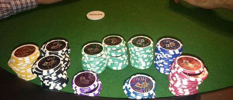 Die Pokerchips am Tisch mit Dealer Button.