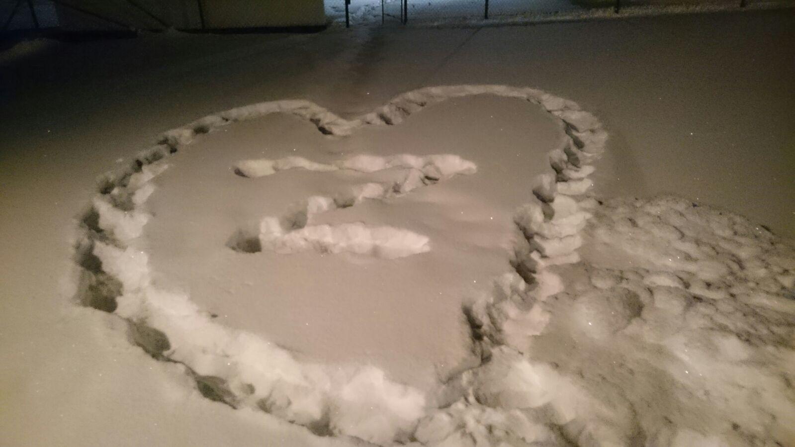 Im Schnee ein Herz mit dem Buchstaben Z.