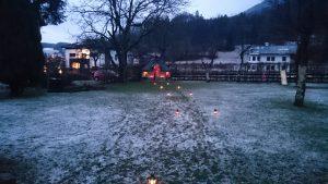Welcome Party Waldemar Karsten.Ein winterliches Foto mit Laternen als Wegweiser.