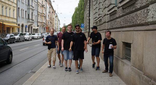 Ein Sommermeeting mit Gruppenfoto in München.
