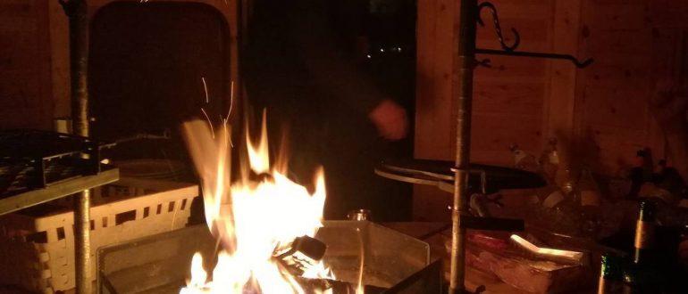 Willkommensfeier mit Grillfeuer in der Hütte.