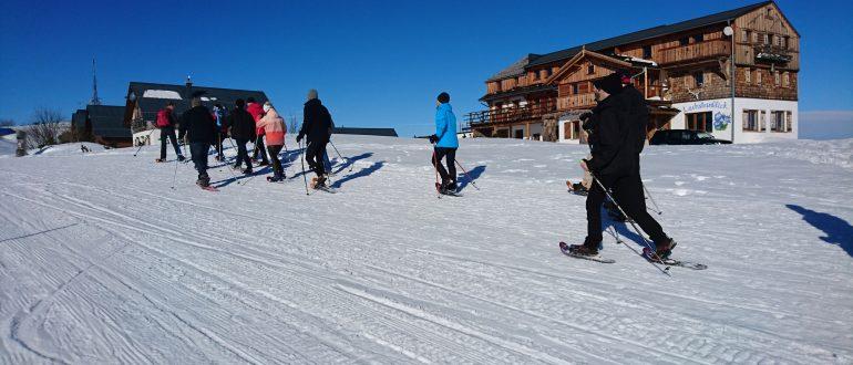 ZPARTNER Wintermeeting am Traunsee. Ein Teamfoto beim Schneeschuhwanderung in Traunkirchen.