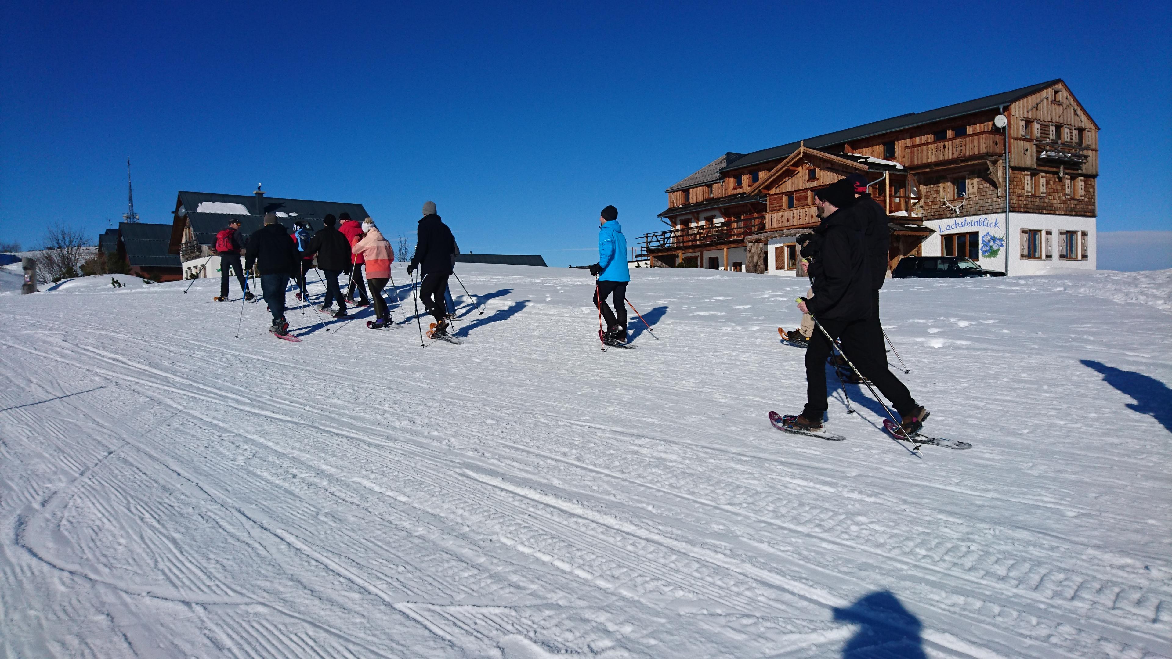 Ein Teamfoto beim Schneeschuhwanderung in Traunkirchen.