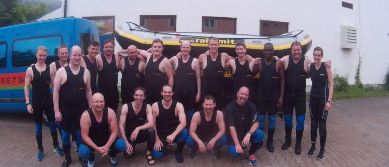 Ein Teamfoto beim Rafting.