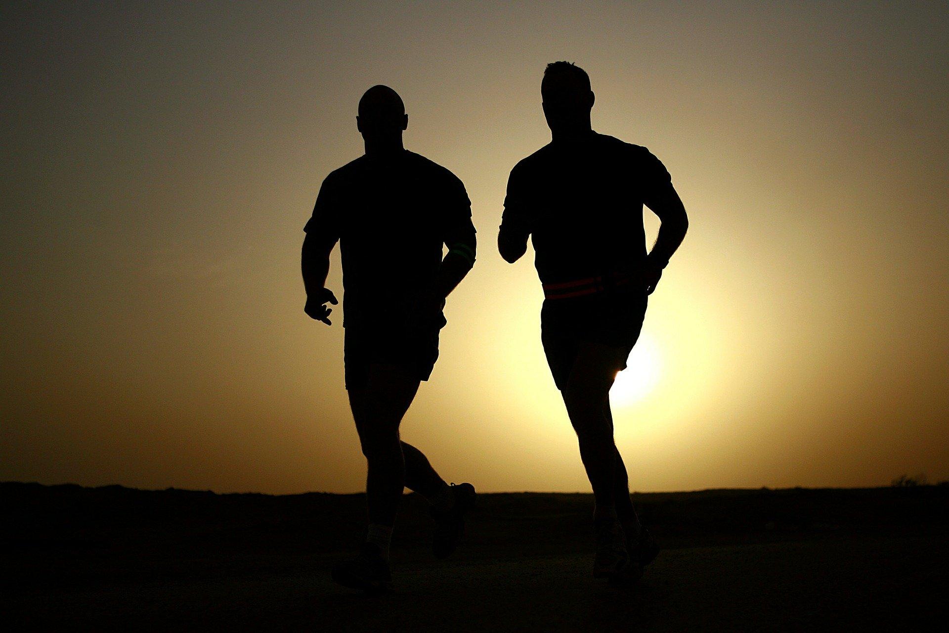 Zwei männliche Läufer.