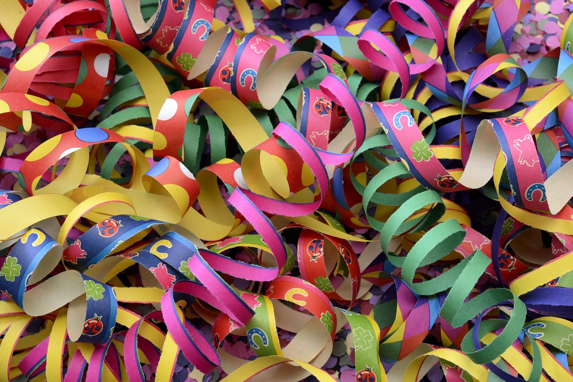 Fasching_Karneval @ZPARTNER. Fasching Karneval 2021 mit bunten Luftschlangen